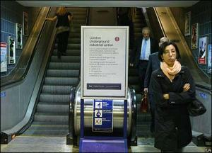 _44095606_tube_escalator416